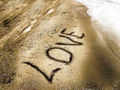 writing-love-beach-sand